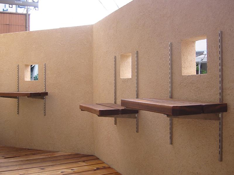 1階のテラス。高さを調節できる棚は棟梁のアイデアです。