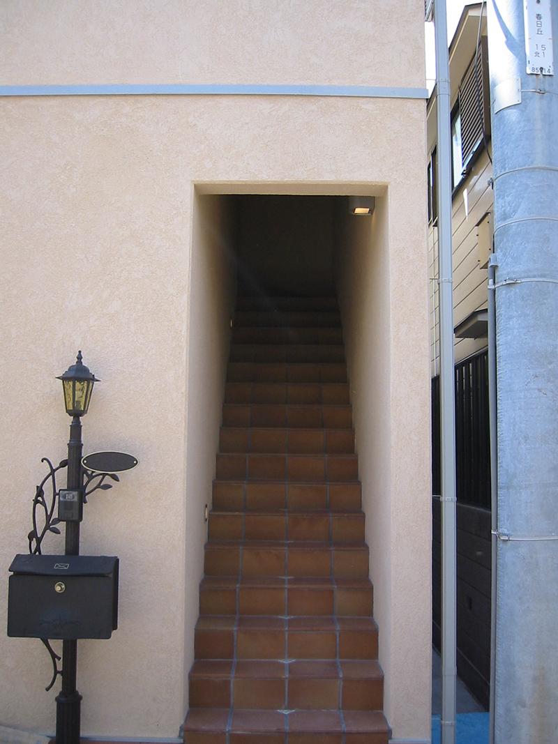 子世帯へは、この階段を上っていきます。