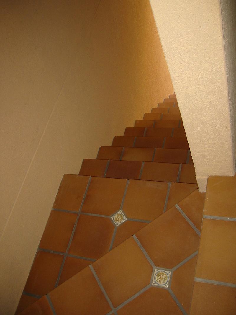 全面のアプローチからつづく階段は、全てテラコッタタイル張り。