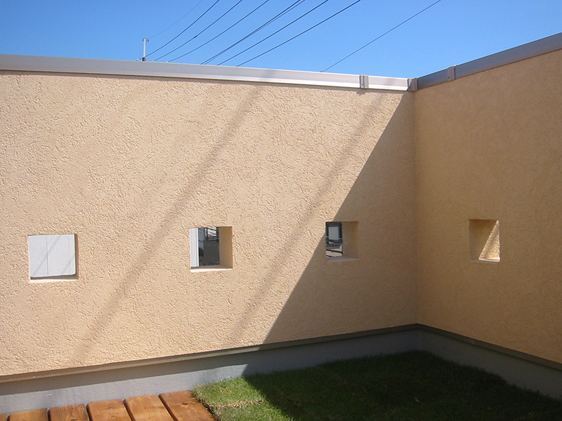 テラスには、半分芝生が植えられています。この日は天気もよく、色のコントラストがいい感じです。
