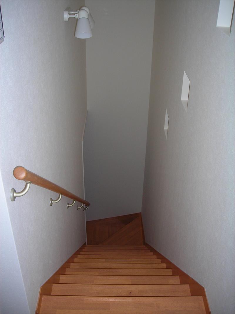 階段室。写真右手には、施主様希望の3連ニッチ棚があります。