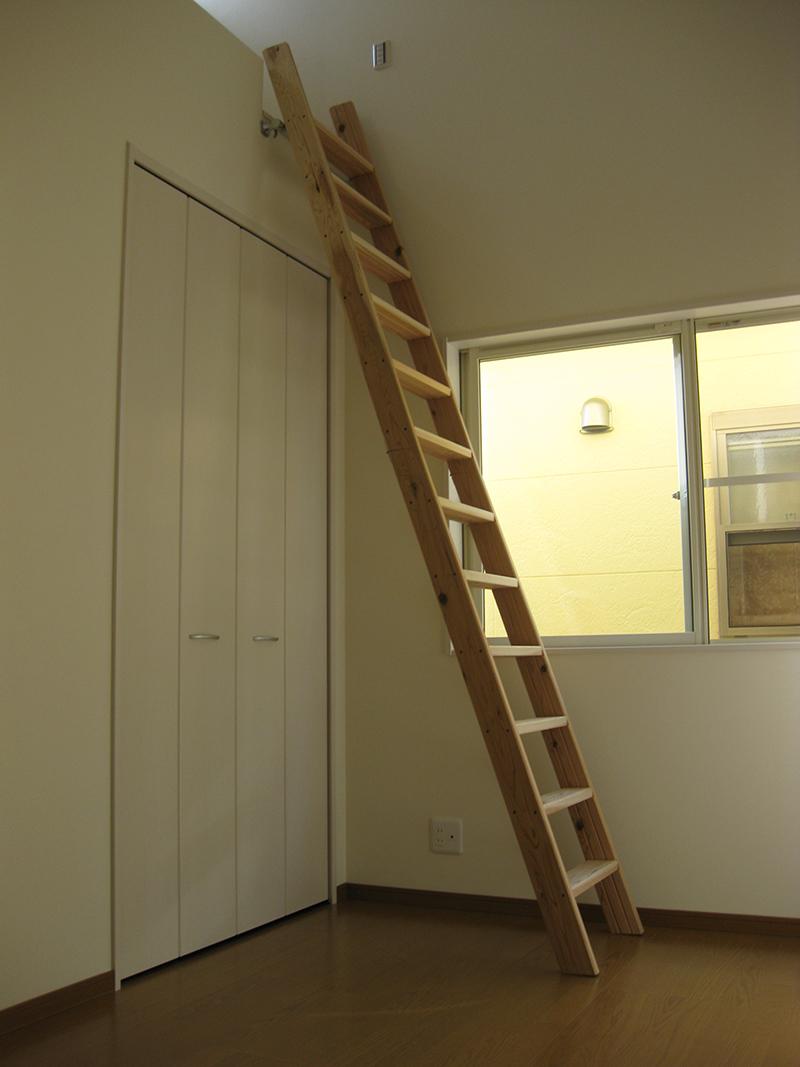 洋室1。上部にロフトがあり、天井は母屋を使わず垂木を端から端までとばし、いっぱいまで上げて勾配しているので、広い空間になっている。