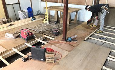 【進行中の現場】大阪府東大阪市 O会社 社宅を事務所にリフォーム:床の下地を組んでいきます